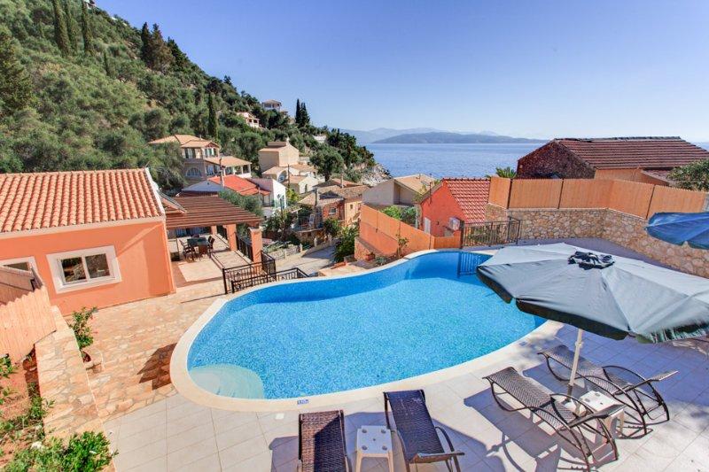Villa Konstantinos: Large Private Pool, Walk to Beach, Sea Views, A/C, WiFi, alquiler de vacaciones en Katavolos