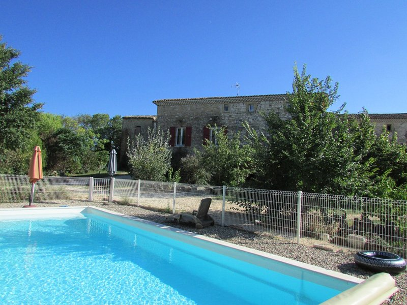 Amazing house with shared pool, aluguéis de temporada em St Julien les Rosiers