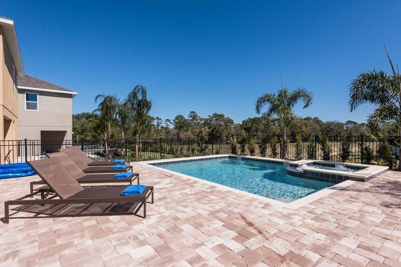 Pool Home mit erweitertem Deck und Spa