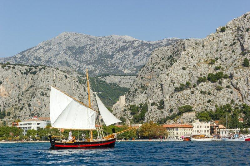 Excursiones en barco desde Omiš a Isla Brac