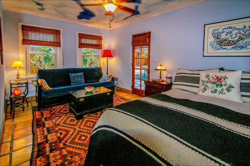 cama de matrimonio de lujo, de tamaño completo sofá cama. Los pasos de distancia de la playa