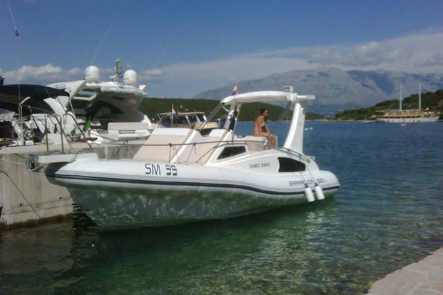 En option: propre bateau rapide de Villa Shiraz (225 Honda HP) avec / sans skipper à louer.