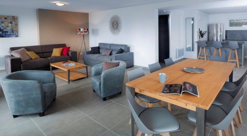 Appartement moderne avec jardin et une belle vue sur le lac et les montagnes, location de vacances à Sevrier