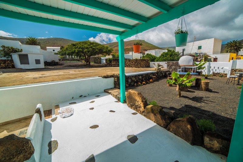 Casa Rural en pueblo tranquilo con amplios espacios al aire libre, location de vacances à Hembert