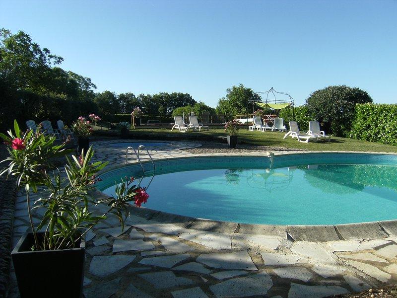 Delightful stone cottage in the Dordogne valley sleeps 8, holiday rental in Saint-Julien-de-Lampon