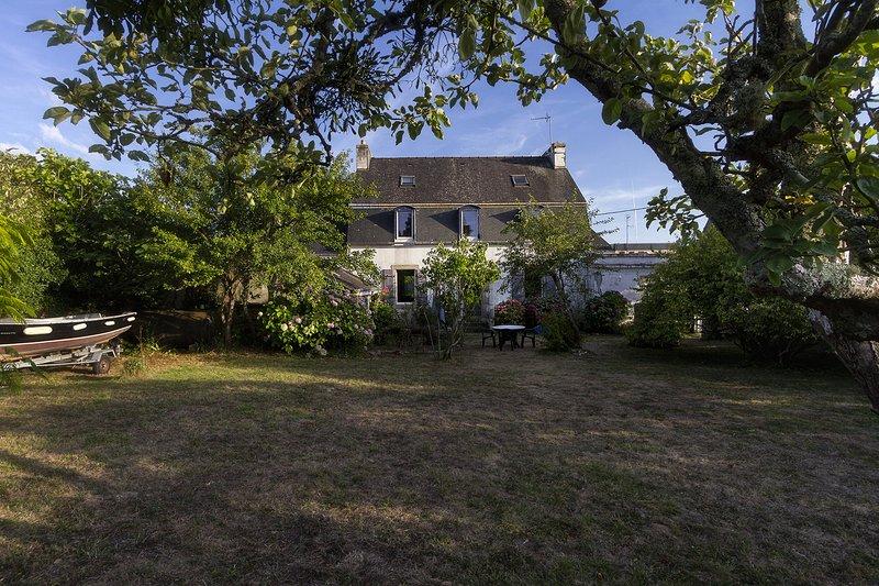 maison bretonne en pierre, campagne et bords de mer. gite de charme