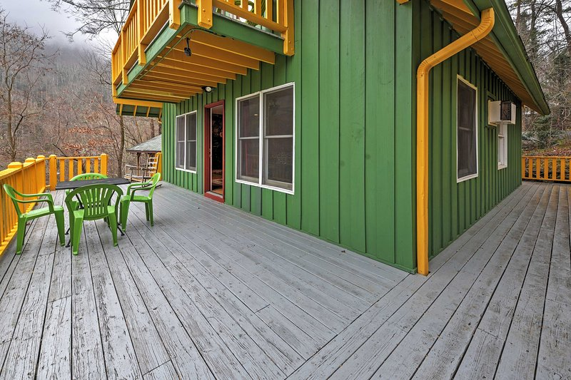 Book this spacious vacation rental cabin for the ultimate Chimney Rock experience!