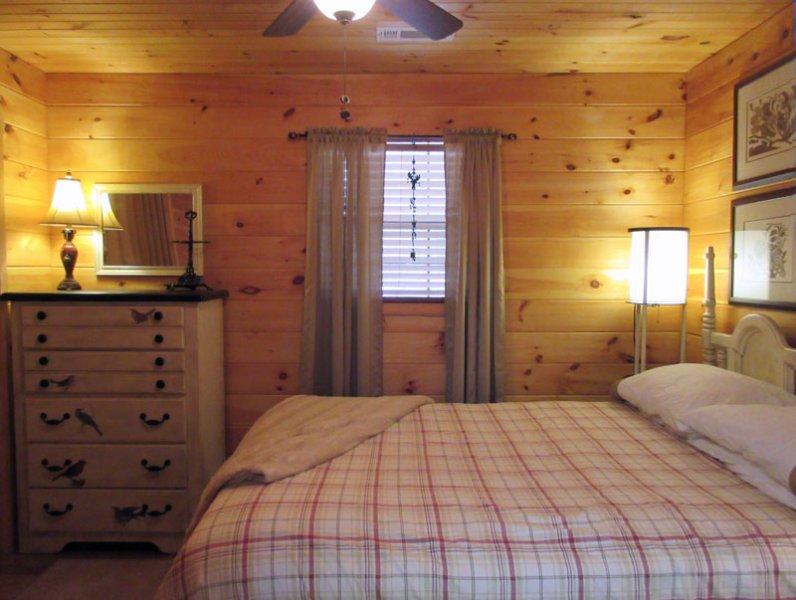 El dormitorio cómodo y la nueva cama de matrimonio y la ropa de cama nueva (febrero de 2017).