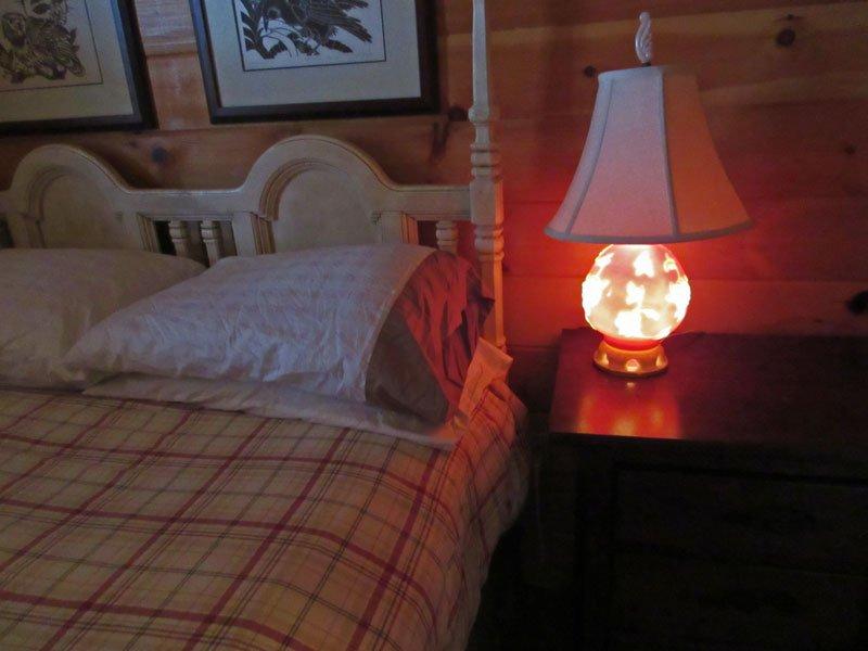 El brillo rosado de la lámpara de Nana ha arrullado a muchos a dormir en ella es. La tradición continúa ...