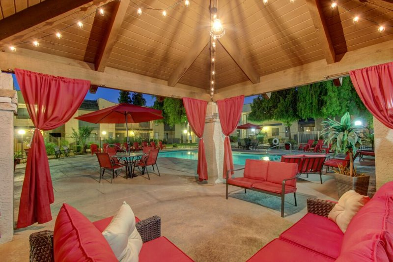 Updated Fully Furnished Two Bedroom One Bathroom Property in Gated Community, vacation rental in Glendale