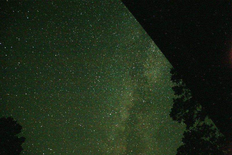 Un lapso de tiempo muestra un perseida volando por la Vía Láctea. Disparo de los escalones de la entrada!