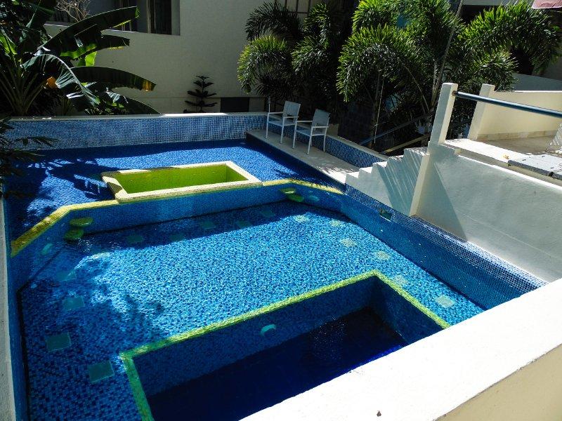 Lounge von diesem Pool