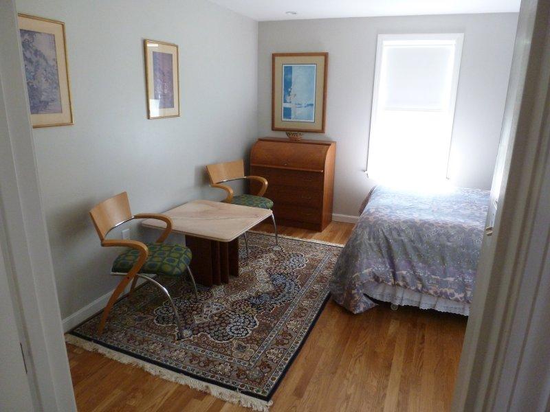chambre à l'arrière avec table et chaises de bureau