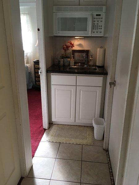 2nd wet-bar in hall by 2nd bedroom door