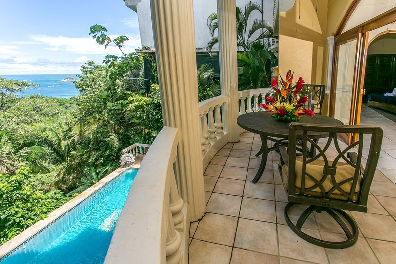 El Titi: Central 1-Bedroom Apartment in 4-Unit B&B-Style Ocean View Home, holiday rental in Manuel Antonio