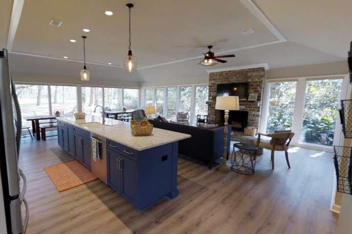 Gourmet Cuisine ouverte sur la salle familiale et salle à manger avec vue sur le spectaculaire parcours de golf.