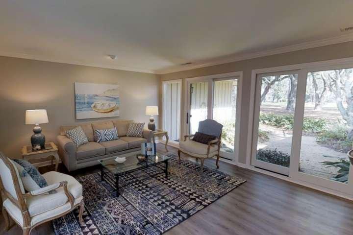 Salon avec des sièges confortables offre un espace supplémentaire pour la conversation et de détente.