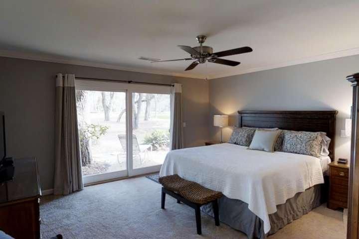 Chambre des maîtres avec lit King Size ouvre sur Master Suite Bain et Patio
