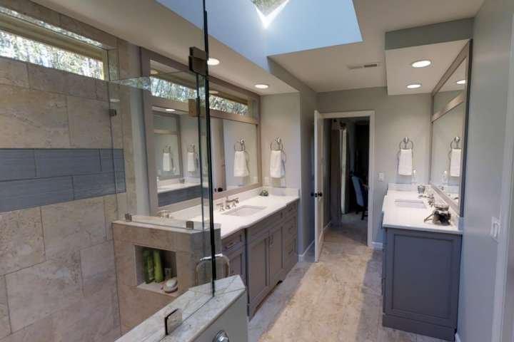 Salle de bain principale avec double et Vanités grande douche