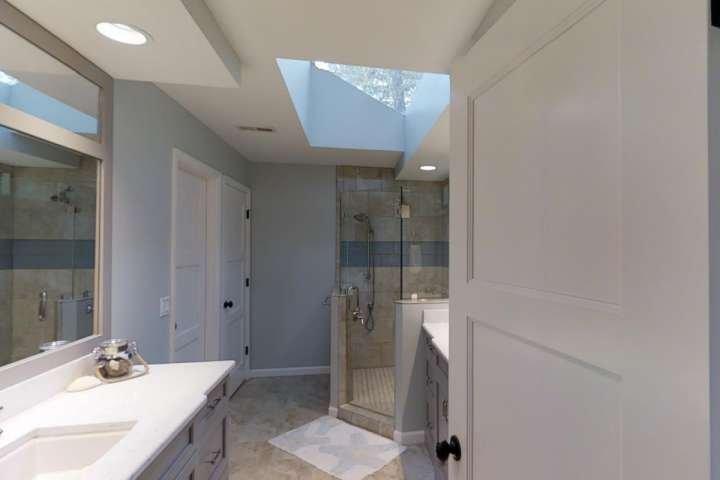 Maître Salle de bains avec lavabo double et grande douche avec siège