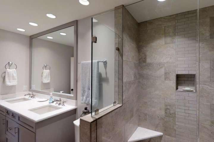 2ème salle de bains avec entrée privée du 2 Chambre ou ouverte à COULOIR