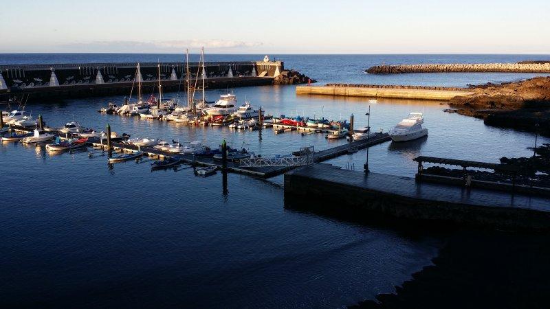 Vanuit het huis, op de bodem van de haven, de pontons en een deel van de kleine pier van La Laja,