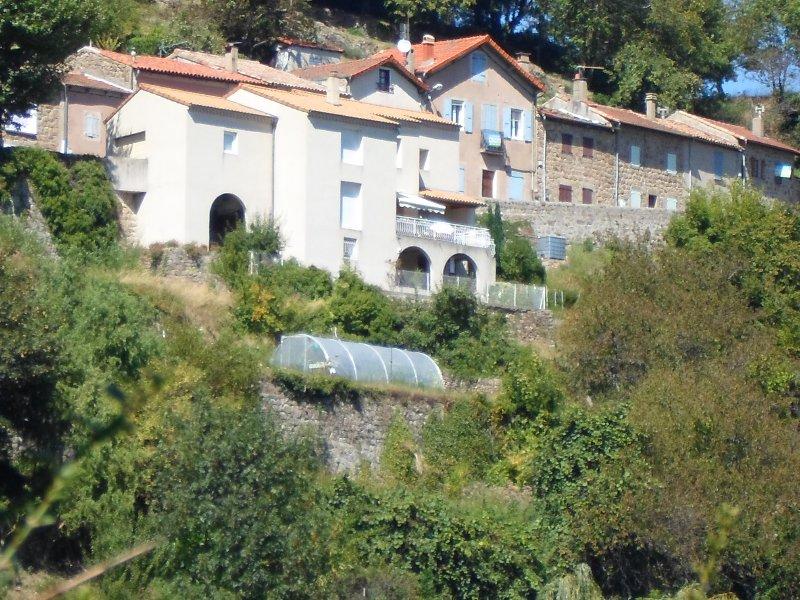 Questa è una visione della nostra casa da tutta la valle. E 'un po' più alto rispetto alle altre case.