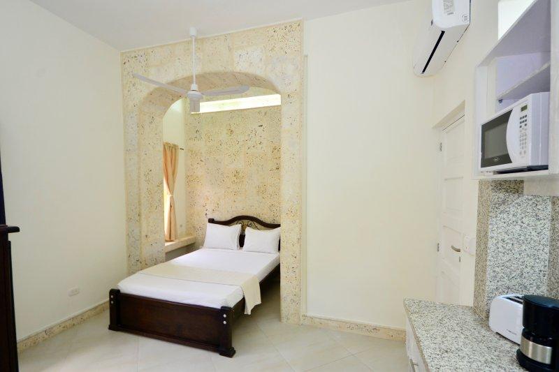 Récemment rénové studio avec balcon; votre lit dans sa propre arche de coralina intime!
