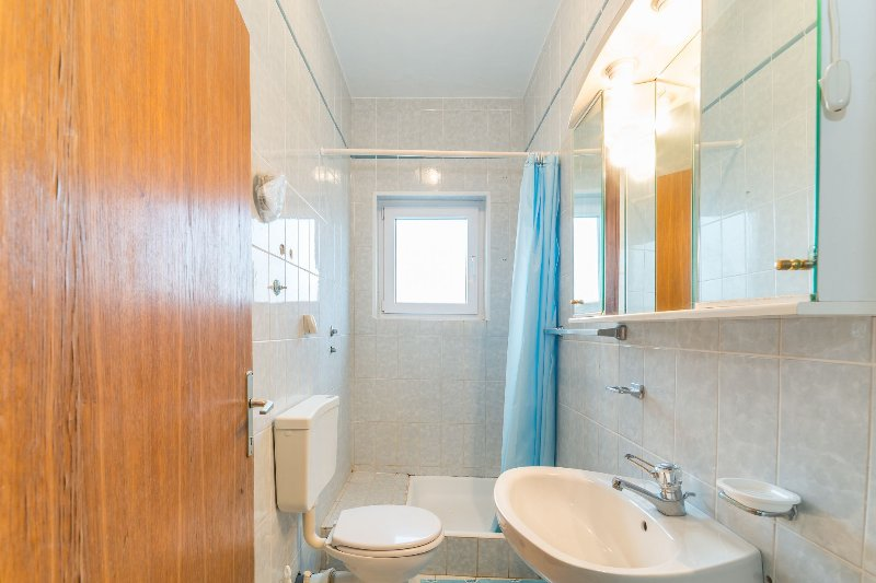 A2-1A(4+1): bathroom with toilet