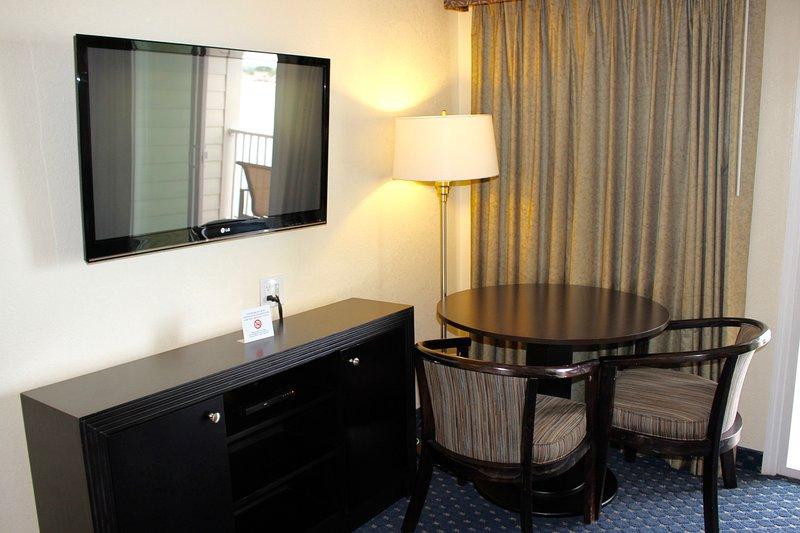 aparato de TV, mesa de comedor y sillas