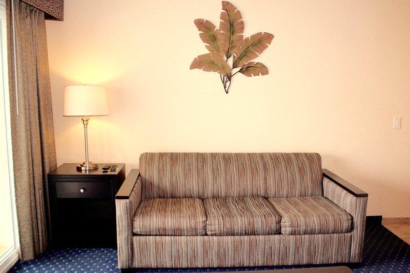 Un sofá cama para dormir en la sala de estar. Grande y bastante cómodas para el 2 de usted!