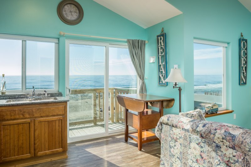 The Lookout-Beachfront, Kitchen, Fireplace,balcony, holiday rental in Lincoln City