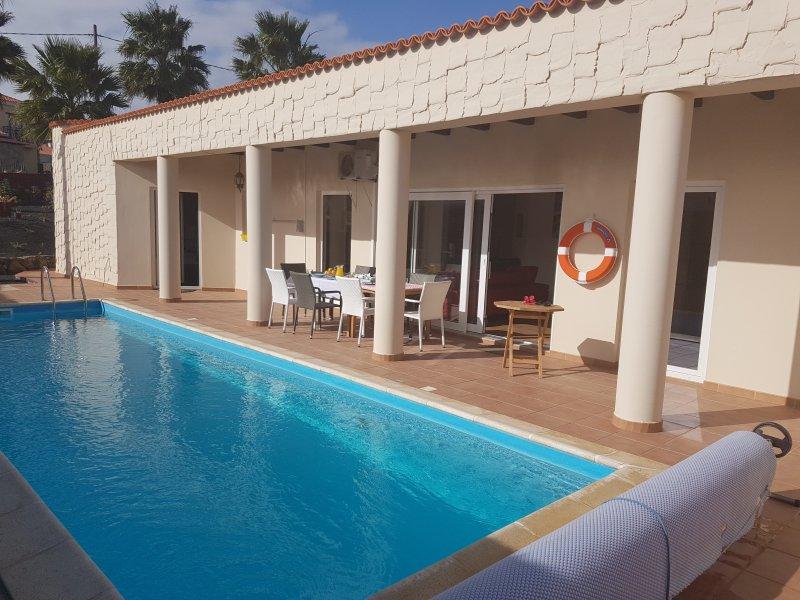 área cubierta con vistas a la piscina y maravillosa zona de comedor al aire libre.