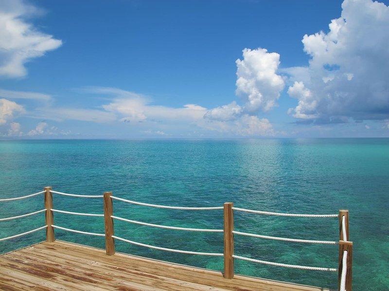 Cable Beach | Oceanfront Gem + Private Pool, location de vacances à Île de New Providence