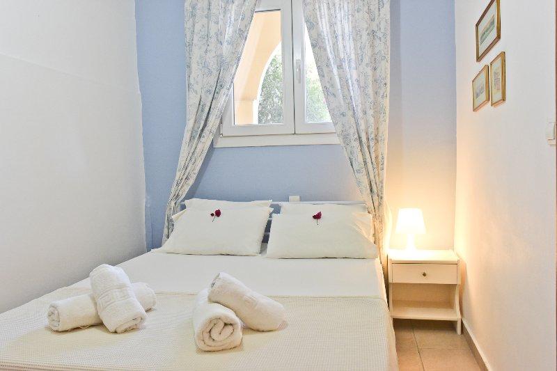 Villa Kokoros ground floor apartments, vacation rental in Ipsos