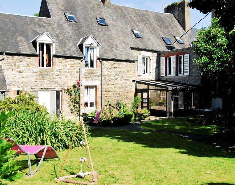 Na parte traseira da casa, grande jardim fechado para relaxar em paz.