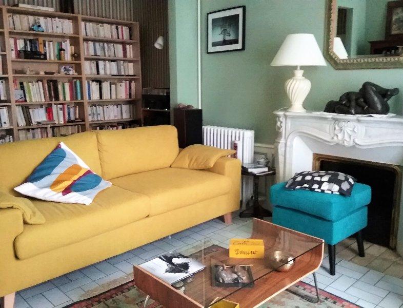 Sala de leitura disponível para os nossos hóspedes. A área de relaxamento com decoração requintada e aconchegante