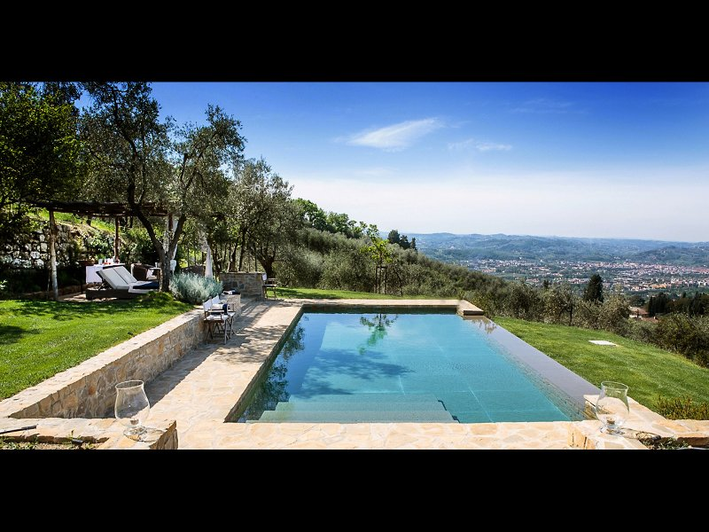FABULOUS 4BD VILLA WITH MAGNIFICENT POOL & VIEWS, MINUTES TO DOWNTOWN FLORENCE!, vacation rental in Florence