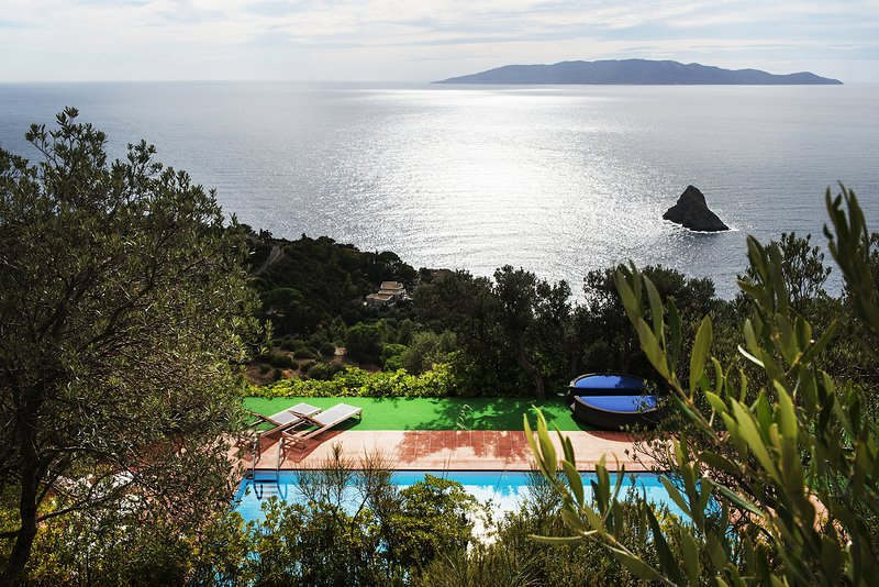 Beautiful 6000 sq m farmhouse in the countryside of Monte Argentario in the exclusive Cala Moresca.