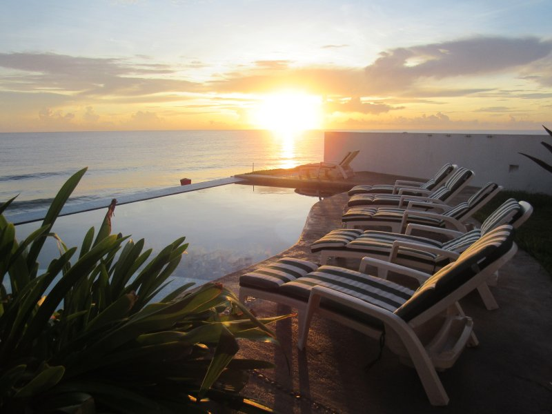 Luxury Oceanfront , Heart of Downtown, Infinity Pool with Ocean View, holiday rental in Isla Mujeres