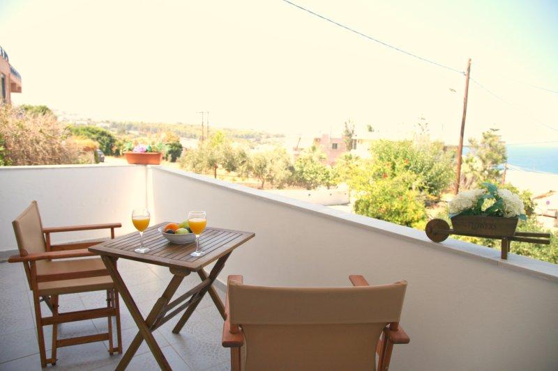 Godetevi la giornata in balcone soleggiato con vista sul mare e sul castello