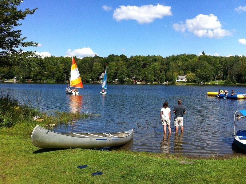 El agua limpia para nadar y barco! Tenemos una canoa, bote de remos, kayaks y un trampolín de agua para compartir!