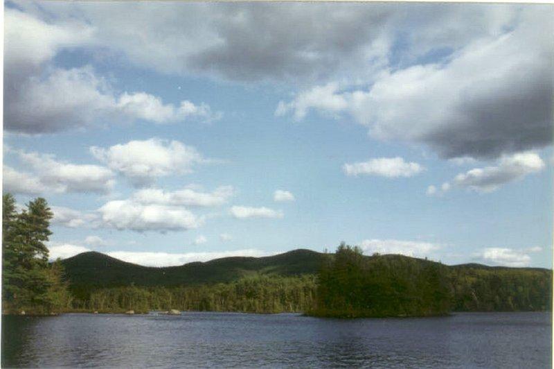 Vista do Picnic Island. O lago não tem barcos a motor, e uma pequena praia púbico.