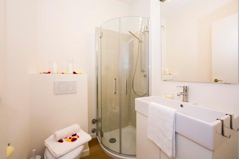 Segunda casa de banho com chuveiro