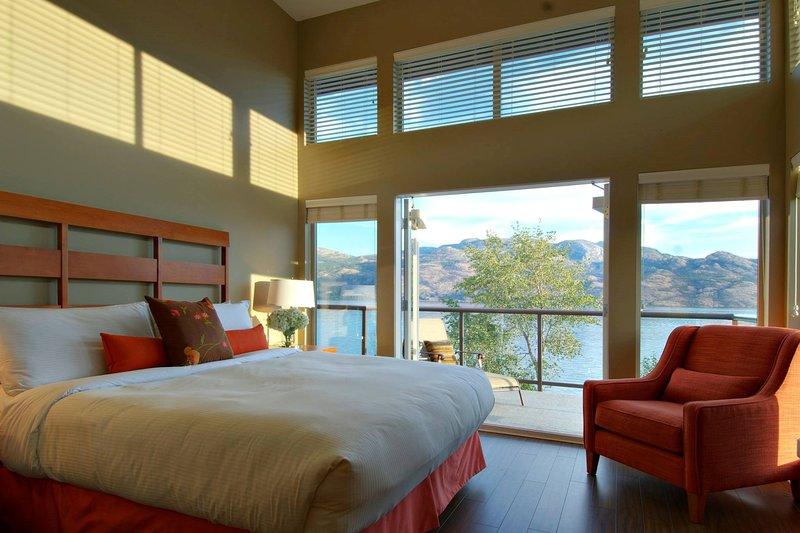 Das geräumige Schlafzimmer verfügt über erstklassige Bettwäsche - fragen Sie uns nach dem Upgrade auf diesem See Aussicht!