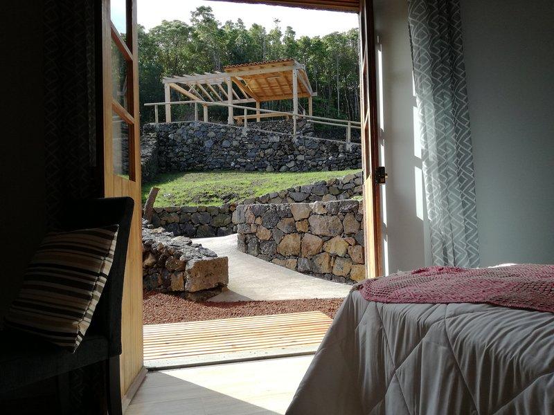 Casa de Férias Vinea Lava, junto à praia, montanha e adegas tradicionais do Pico, casa vacanza a Santo Amaro