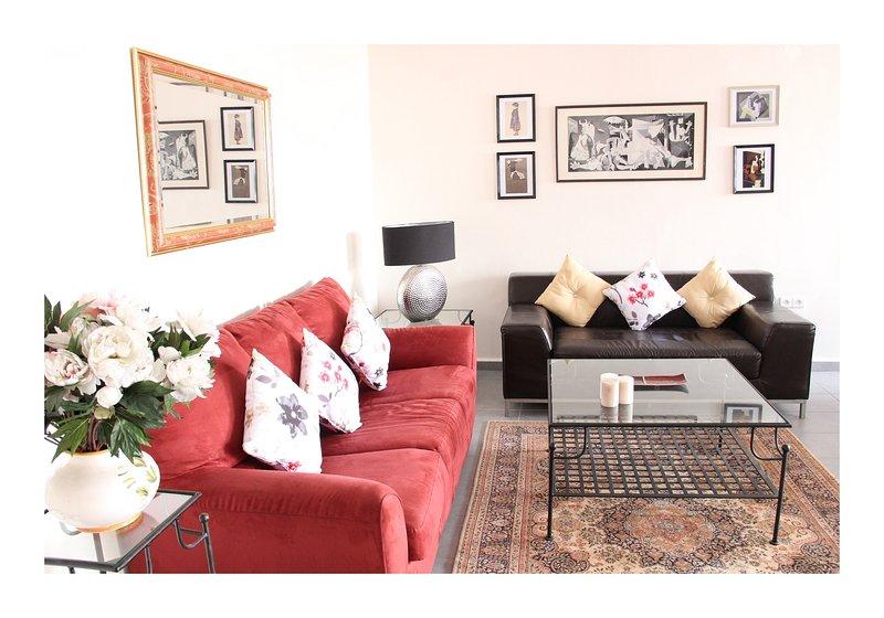 TRÈS BEL APPARTEMENT, WIFI, CLIMATISÉ, TERRASSE, PISCINE (en été), LUXE ++, holiday rental in Agadir