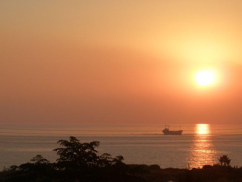 Beber té en el balcón mientras observa las maravillosas puestas de sol