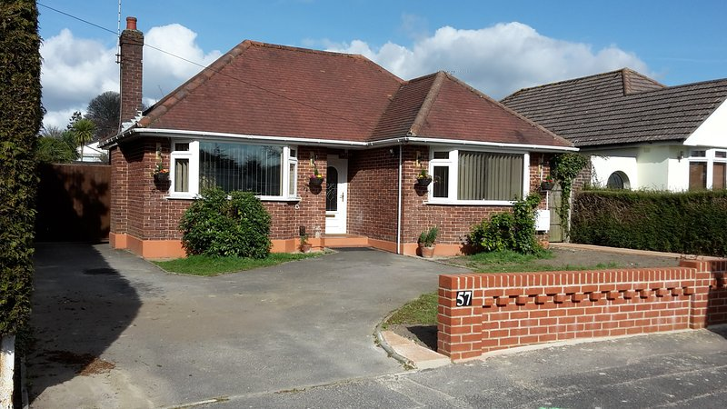Pretty Detached Bungalow with private garden Poole Dorset On the Jurassic coast, vacation rental in Poole