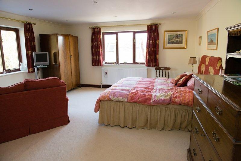 Extremamente espaçoso quarto duplo com cama king size, banheiro privativo e área de estar